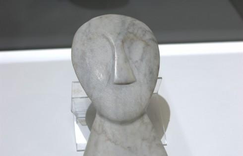 Стилизованная голова (по мотивам кикландских идолов) 1950-е годы, серый мрамор с прожилками