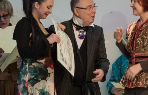 Вячеслав Зайцев вручает дипломы членам ассоциации модельеров России