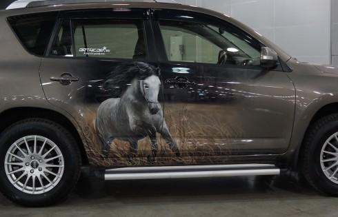 аэрография лошадей на дверях авто