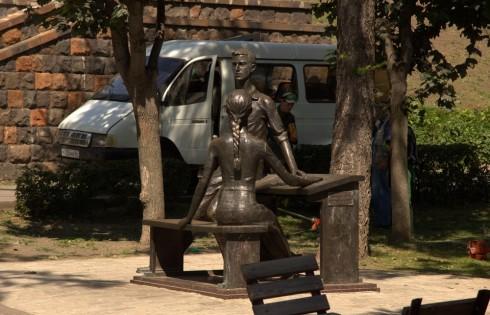 скульптуры на набережной Спаратова