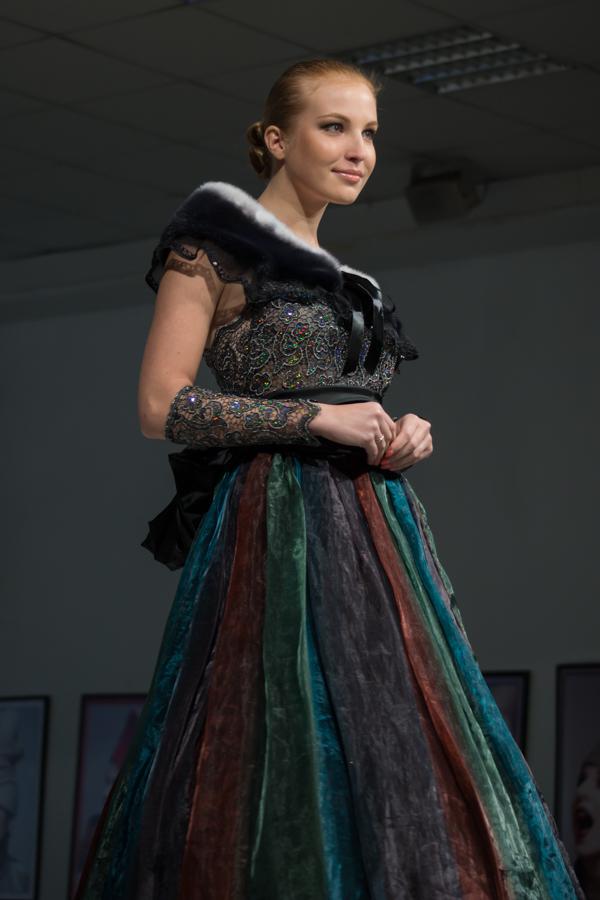 темное вечернее платье с кружевом