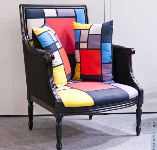 Абстрактные наряды на фоне абстрактной мебели