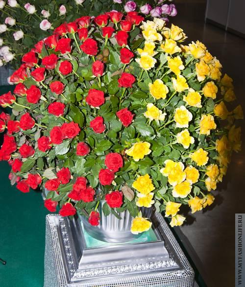 букет из двух видов роз
