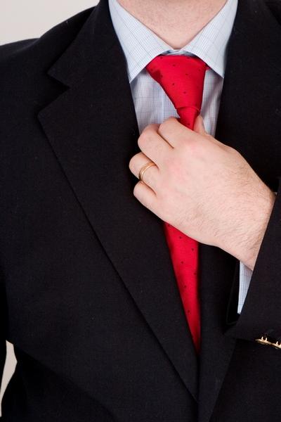красный галстук к мужскому новогоднему костюму 2012