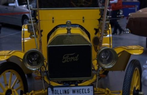 желтый ретро автомобиль