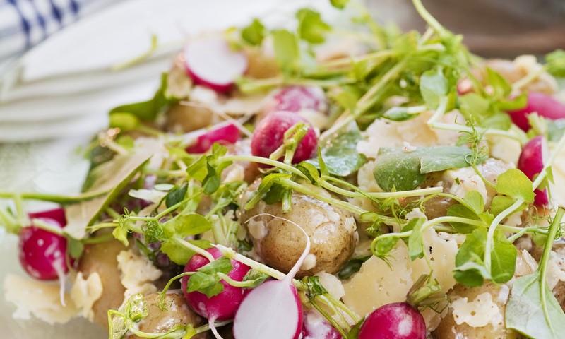 Шведский салат из молодого картофеля и редиса