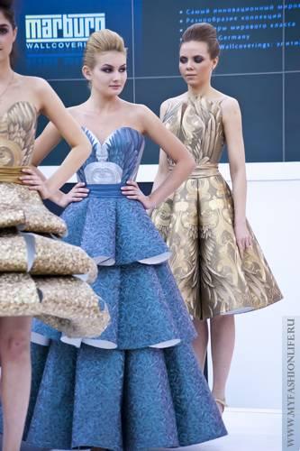 Платья из обоев фото с выставки. Девушки в платьях из обоев 21