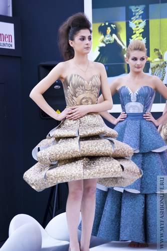 Платья из обоев фото с выставки. Девушки в платьях из обоев 37