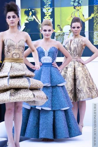Платья из обоев фото с выставки. Девушки в платьях из обоев 31