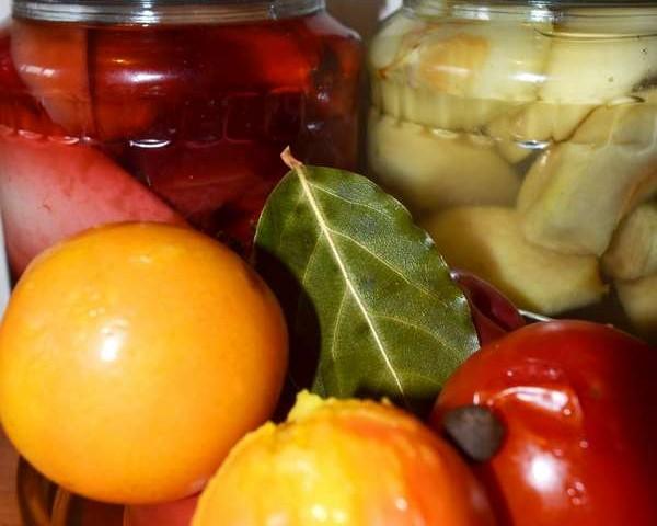 Маринованные помидоры со сливами