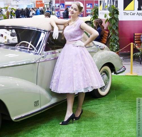 Выставка в стиле ретро – ретро платья на фоне ретро автомобилей