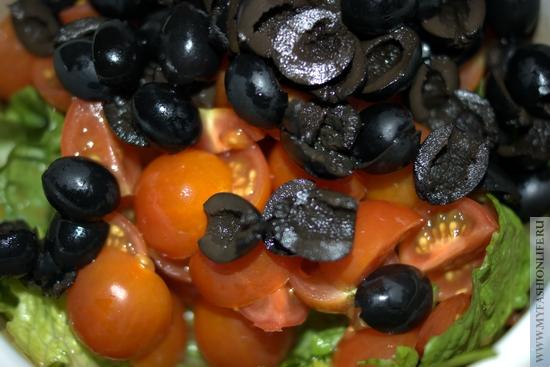 в салат добавляем нарезанные чери и маслины