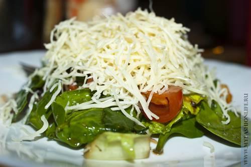 Салат со шпинатом и листьями Романо