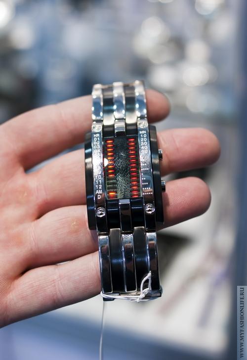 модные английские часы фирма STORM